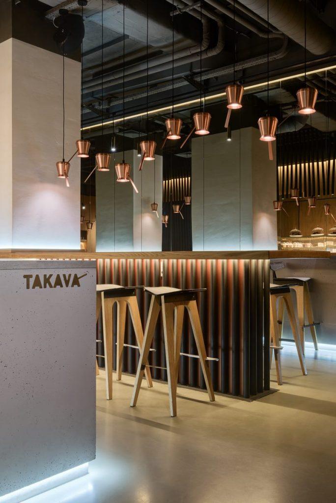 Los interiores dinámicos y modernos de TAKAVA 2.0 seguramente te harán pensar en el café 14