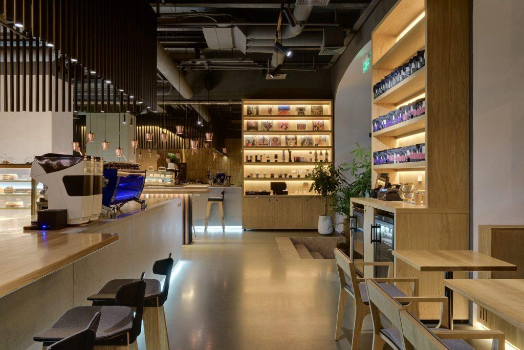 Los interiores dinámicos y modernos de TAKAVA 2.0 seguramente te harán pensar en el café 15