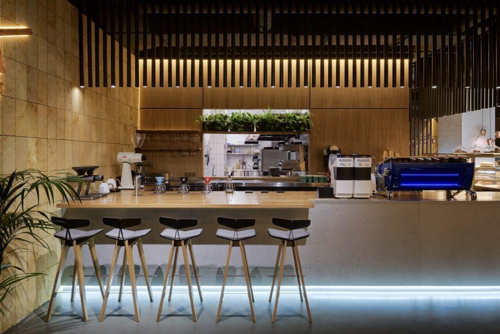 Los interiores dinámicos y modernos de TAKAVA 2.0 seguramente te harán pensar en el café 16