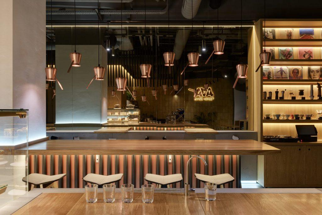 Los interiores dinámicos y modernos de TAKAVA 2.0 seguramente te harán pensar en el café 17