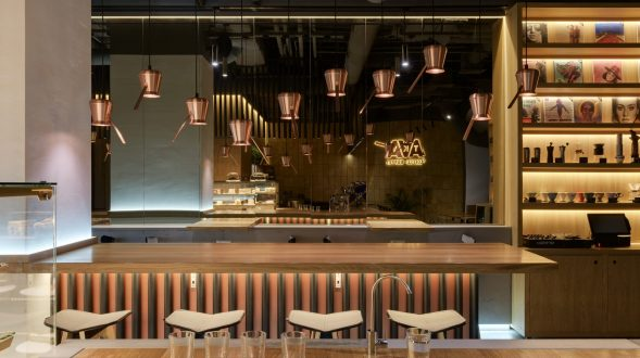 Los interiores dinámicos y modernos de TAKAVA 2.0 seguramente te harán pensar en el café 45
