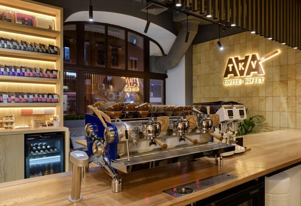 Los interiores dinámicos y modernos de TAKAVA 2.0 seguramente te harán pensar en el café 18