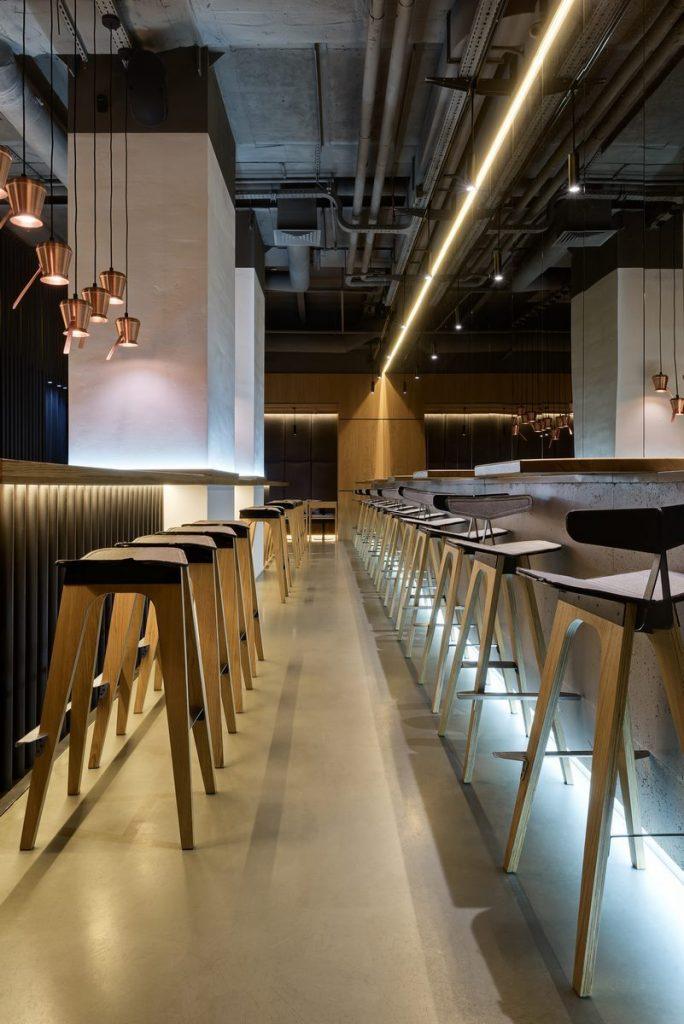 Los interiores dinámicos y modernos de TAKAVA 2.0 seguramente te harán pensar en el café 19