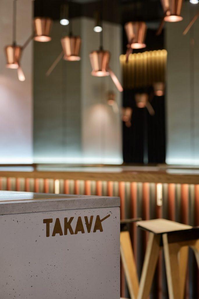 Los interiores dinámicos y modernos de TAKAVA 2.0 seguramente te harán pensar en el café 20