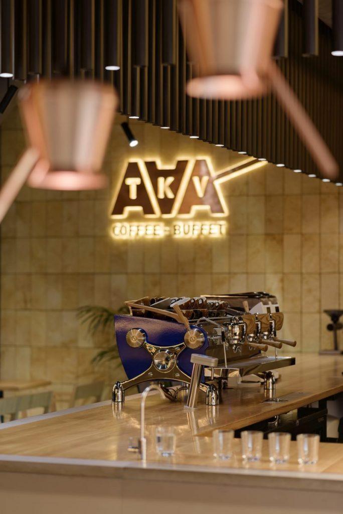 Los interiores dinámicos y modernos de TAKAVA 2.0 seguramente te harán pensar en el café 7