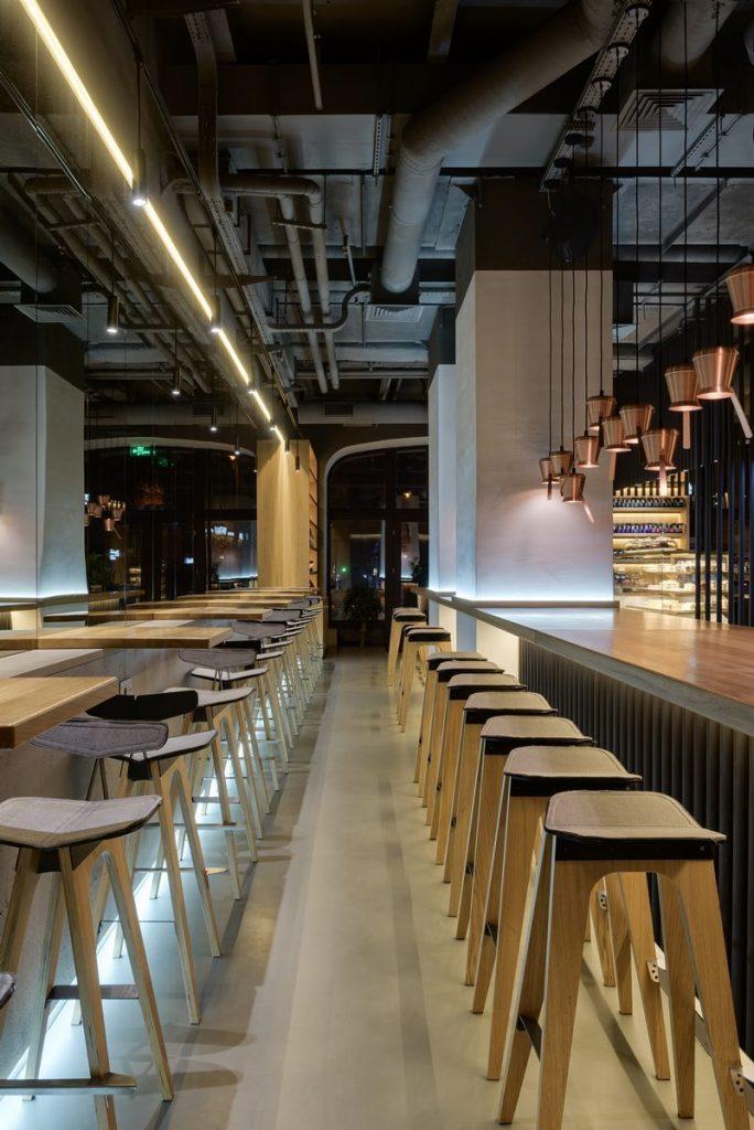 Los interiores dinámicos y modernos de TAKAVA 2.0 seguramente te harán pensar en el café 22