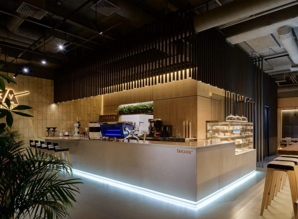 Los interiores dinámicos y modernos de TAKAVA 2.0 seguramente te harán pensar en el café 23