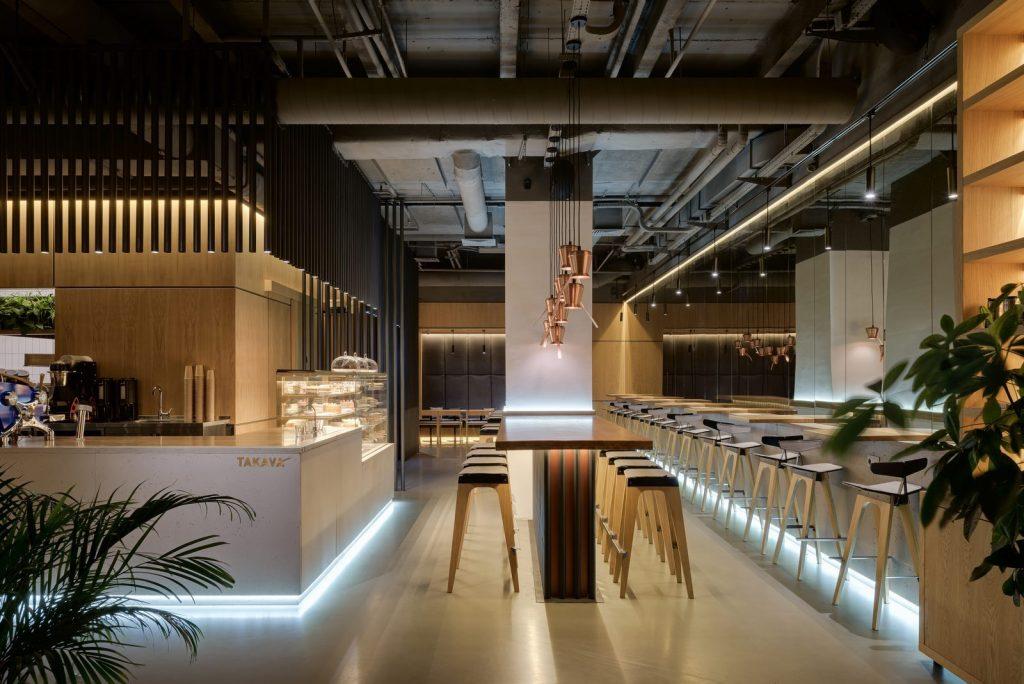 Los interiores dinámicos y modernos de TAKAVA 2.0 seguramente te harán pensar en el café 24