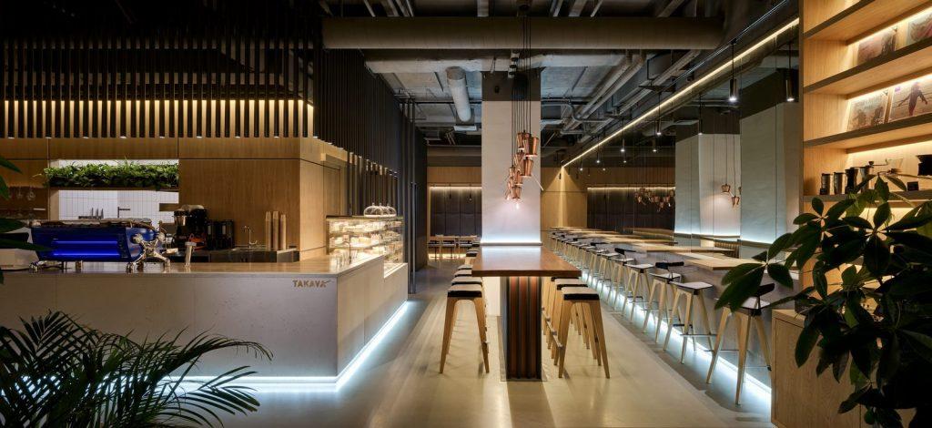 Los interiores dinámicos y modernos de TAKAVA 2.0 seguramente te harán pensar en el café 25