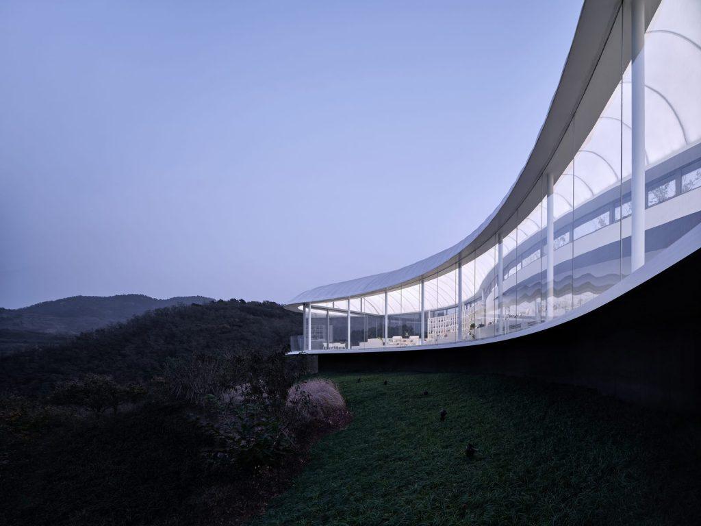 Estudio de Jiunvfeng como una nube suspendida en el Monte Tai / gad · line + studio 25