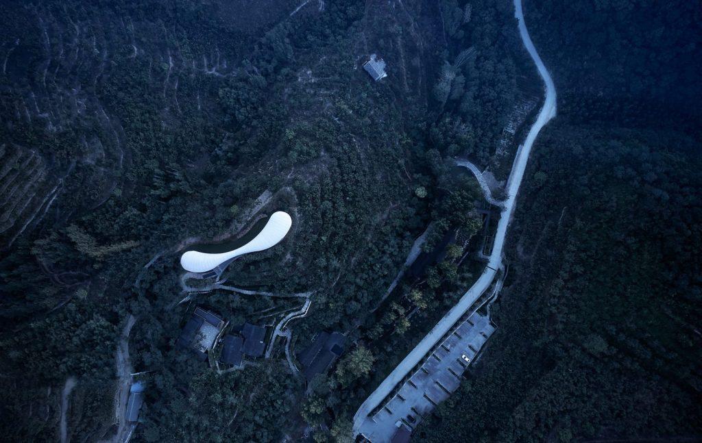 Estudio de Jiunvfeng como una nube suspendida en el Monte Tai / gad · line + studio 5