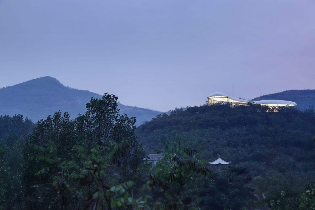Estudio de Jiunvfeng como una nube suspendida en el Monte Tai / gad · line + studio 7
