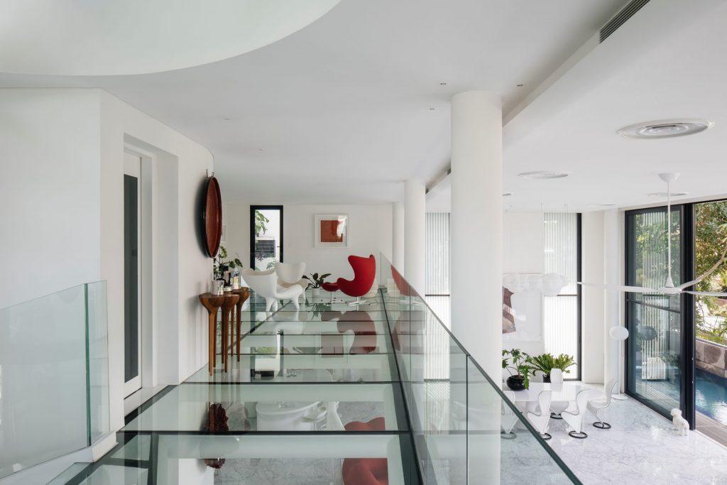 Con las curvas y sensualidad femenina EHKA STUDIO diseñó Stiletto House 15