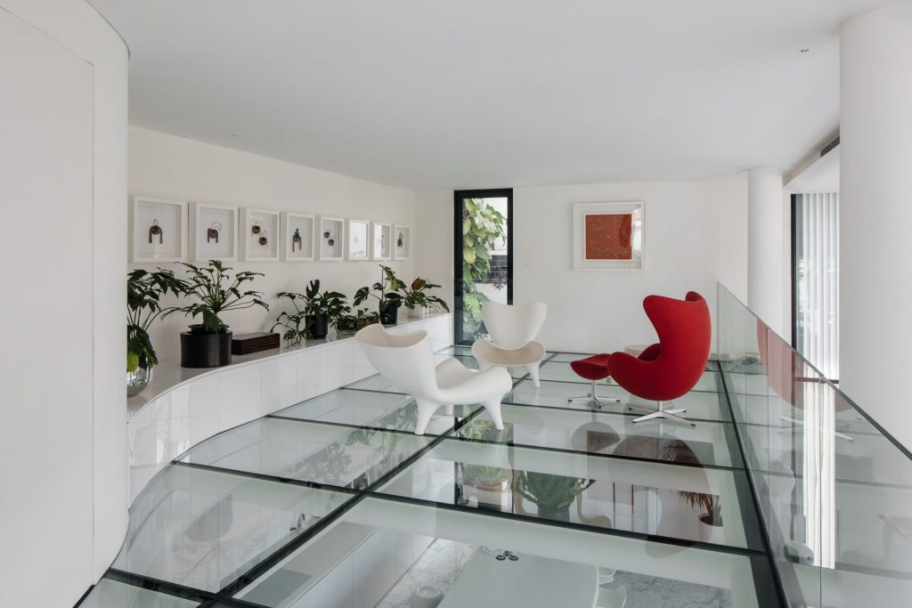 Con las curvas y sensualidad femenina EHKA STUDIO diseñó Stiletto House 16
