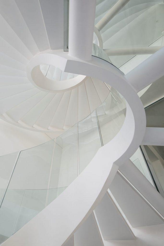 Con las curvas y sensualidad femenina EHKA STUDIO diseñó Stiletto House 17