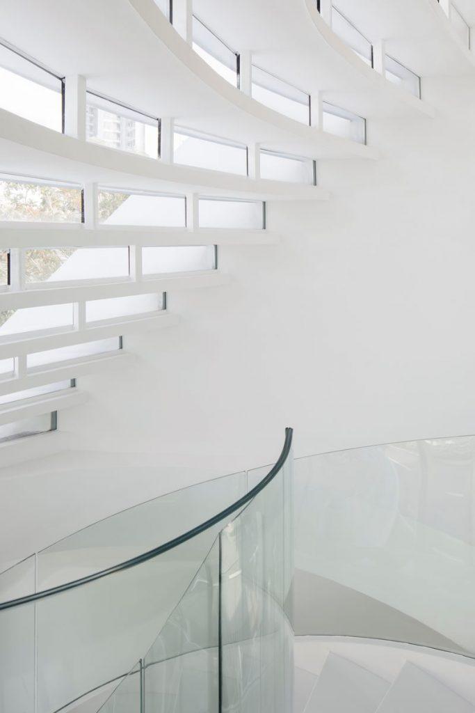 Con las curvas y sensualidad femenina EHKA STUDIO diseñó Stiletto House 18