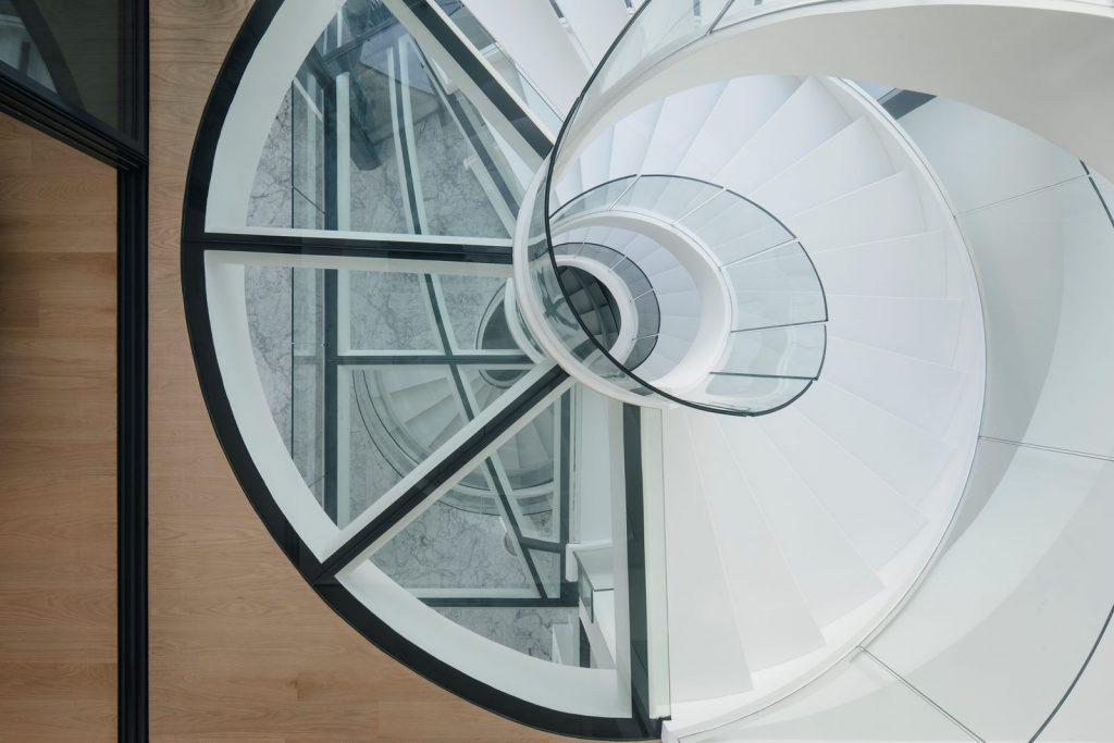Con las curvas y sensualidad femenina EHKA STUDIO diseñó Stiletto House 19