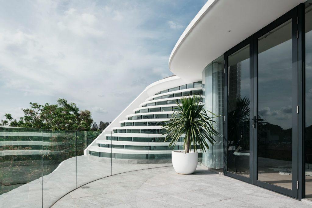 Con las curvas y sensualidad femenina EHKA STUDIO diseñó Stiletto House 6
