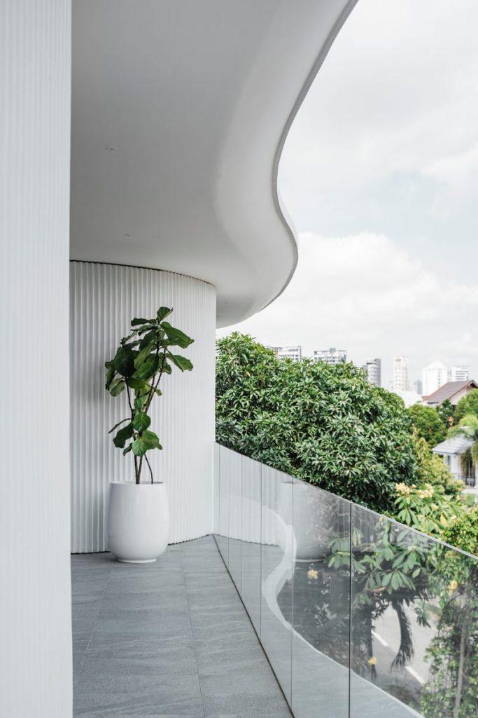 Con las curvas y sensualidad femenina EHKA STUDIO diseñó Stiletto House 21