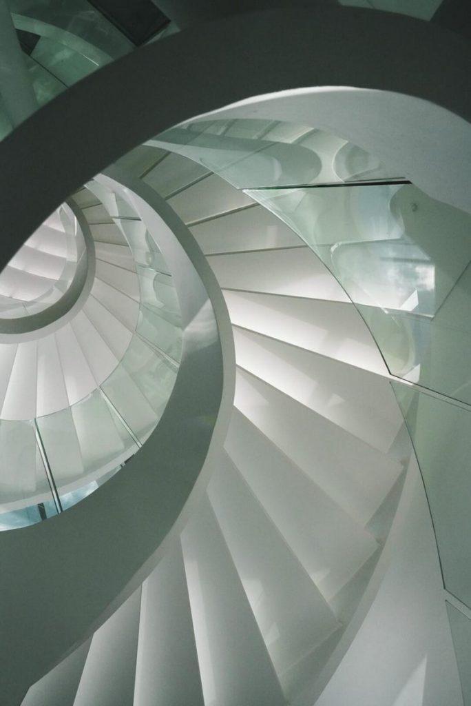 Con las curvas y sensualidad femenina EHKA STUDIO diseñó Stiletto House 24