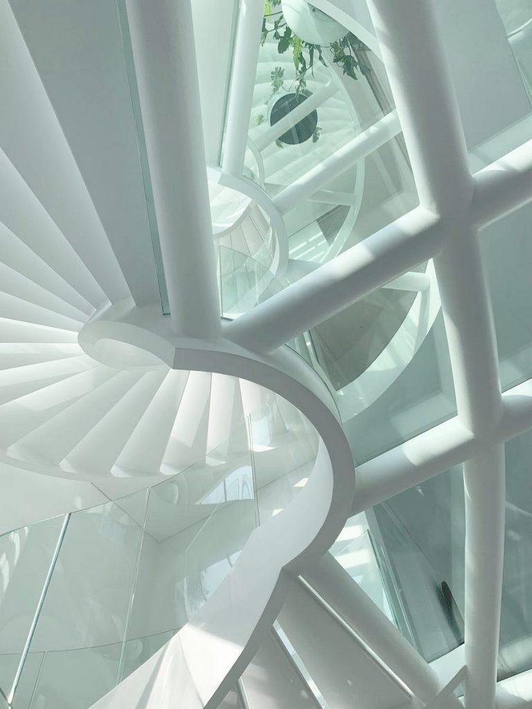 Con las curvas y sensualidad femenina EHKA STUDIO diseñó Stiletto House 27