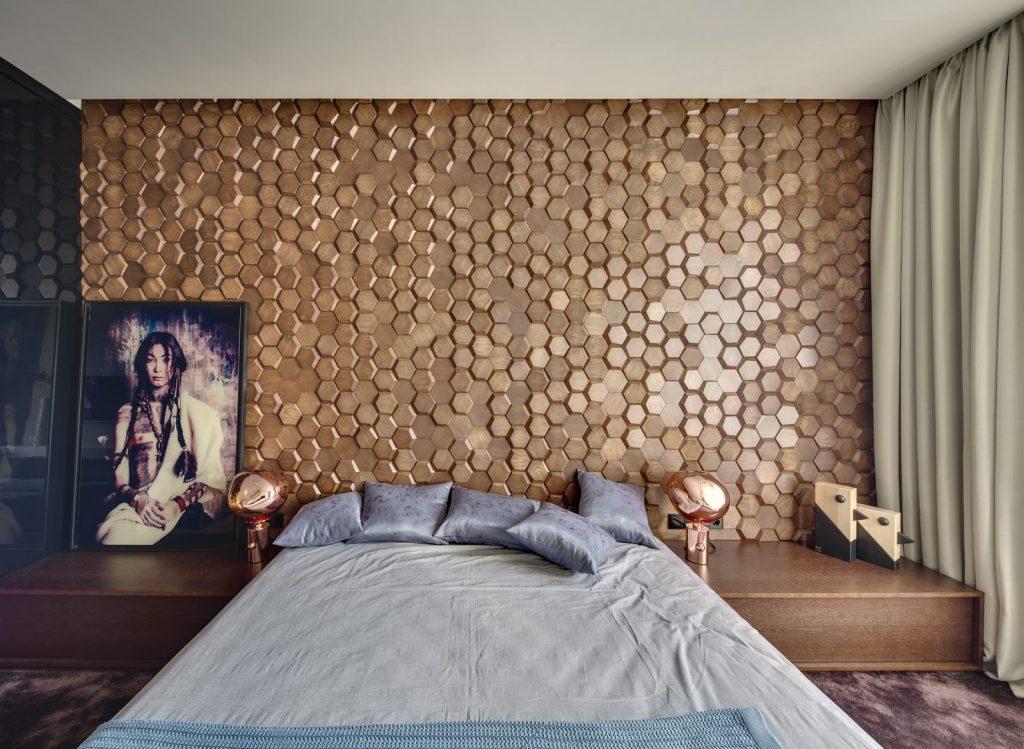 Un muro Blackstone y hexágonos de madera color miel en este departamento en Kiev 24