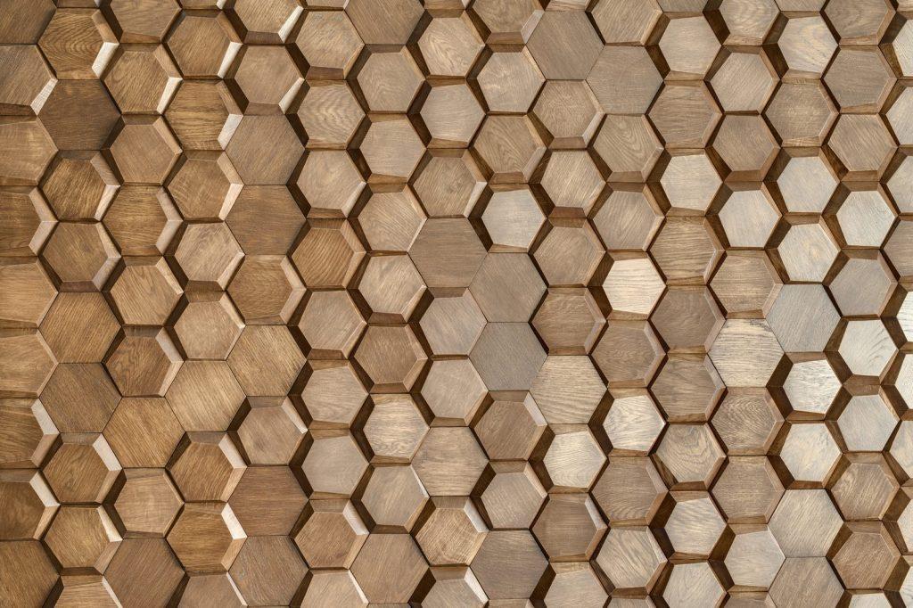 Un muro Blackstone y hexágonos de madera color miel en este departamento en Kiev 25