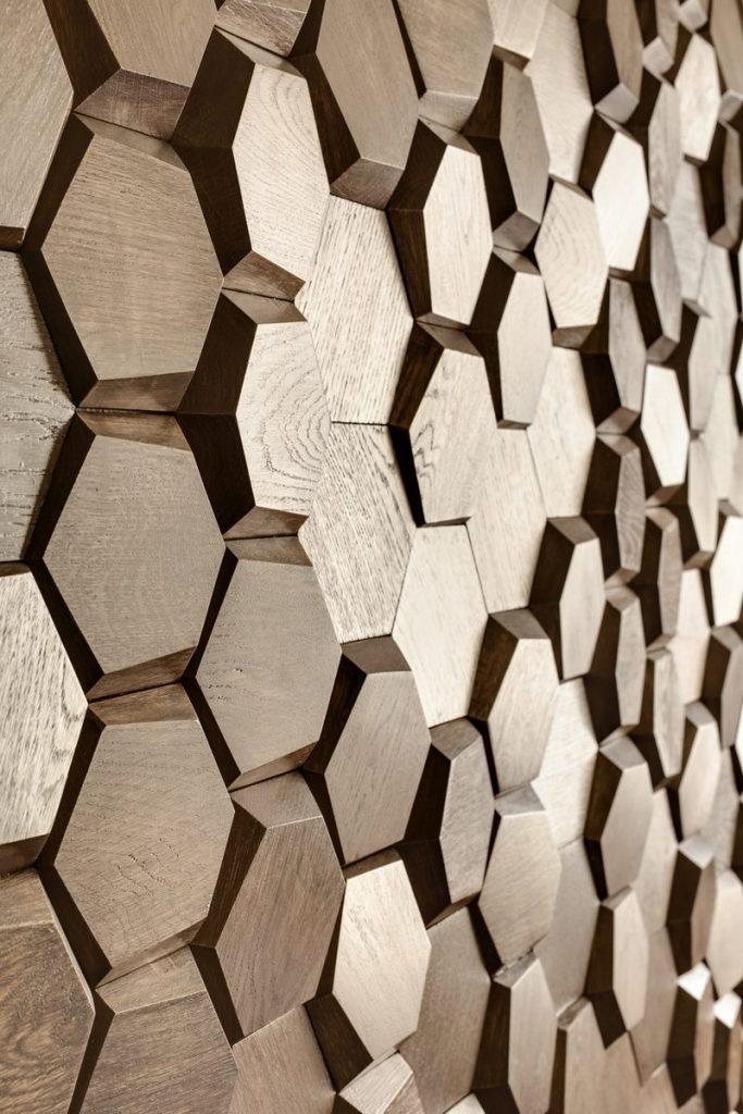 Un muro Blackstone y hexágonos de madera color miel en este departamento en Kiev 26