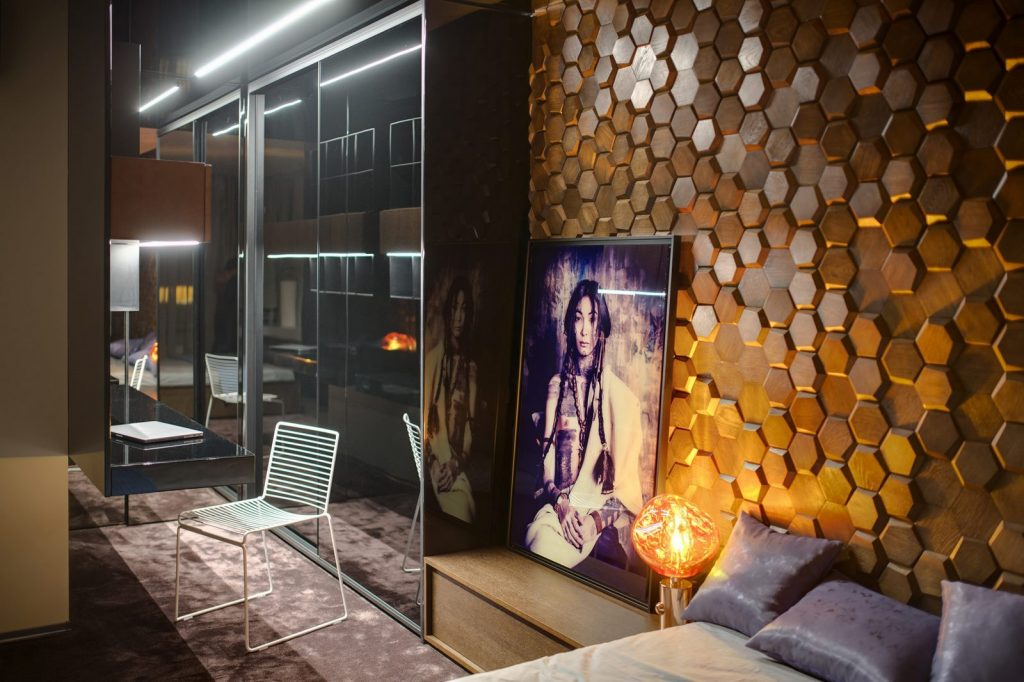 Un muro Blackstone y hexágonos de madera color miel en este departamento en Kiev 13