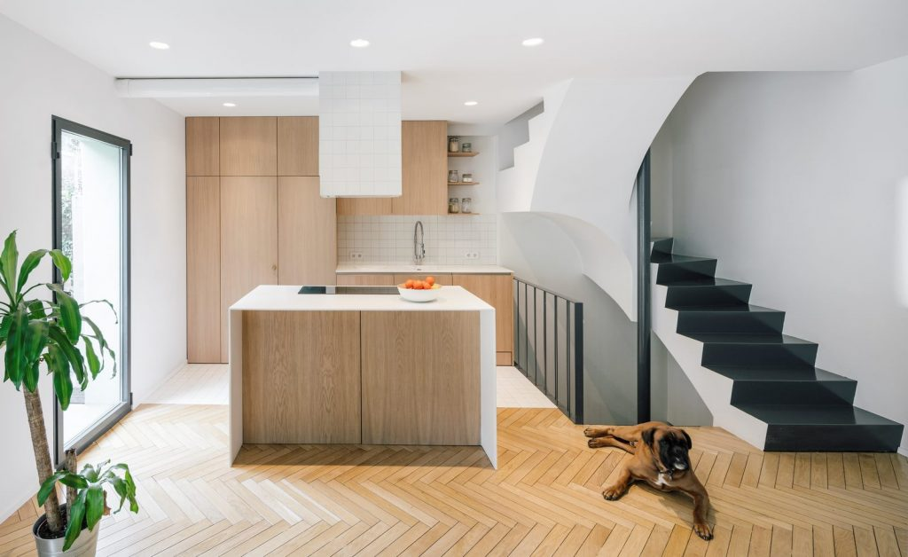 Una escalera integradora y protagonista en esta vivienda en Madrid 7