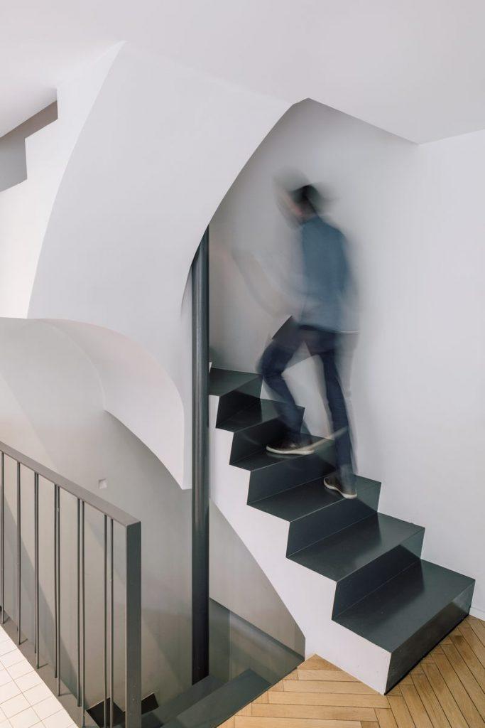 Una escalera integradora y protagonista en esta vivienda en Madrid 8