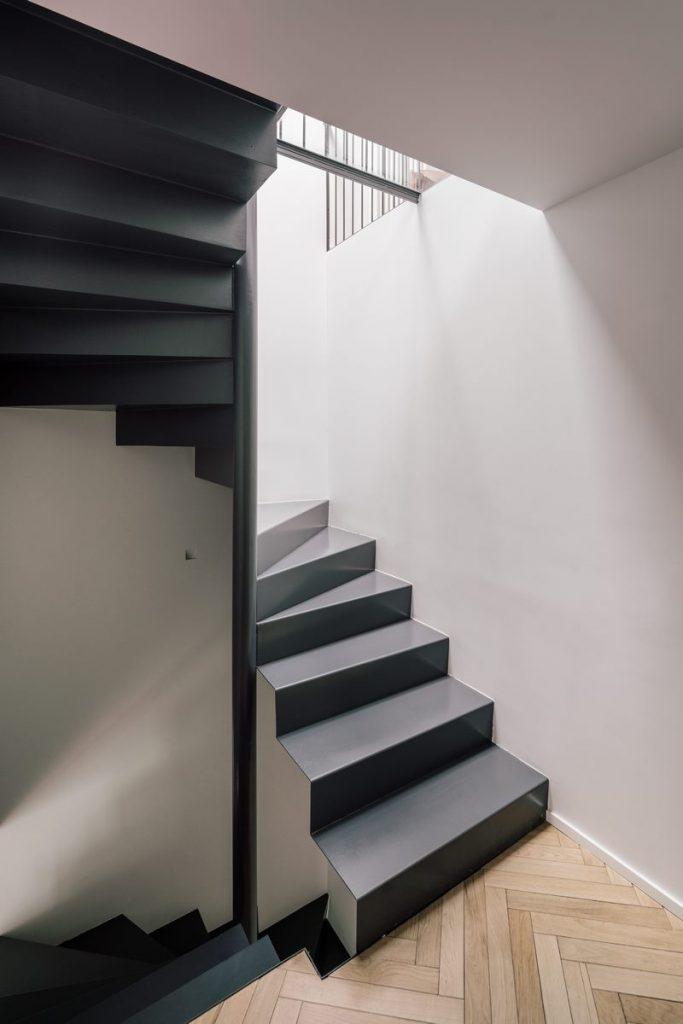 Una escalera integradora y protagonista en esta vivienda en Madrid 9
