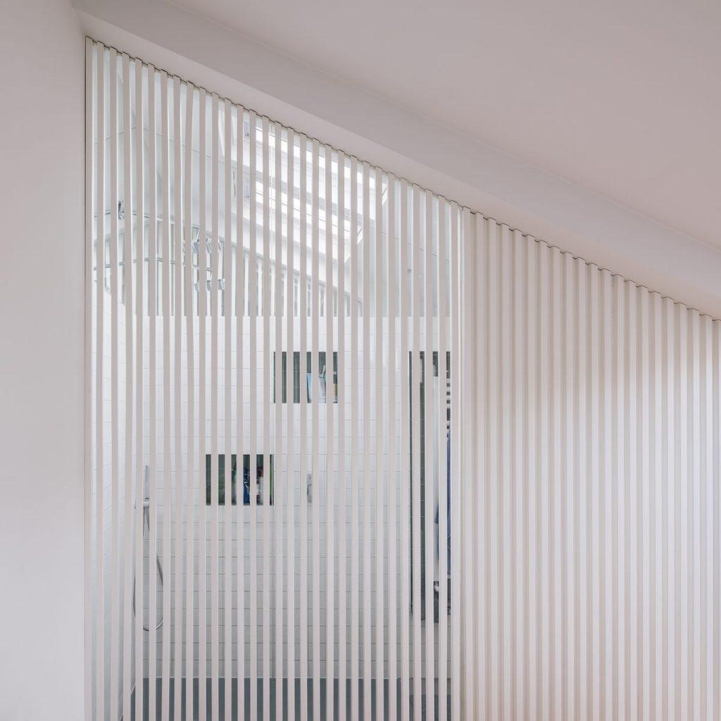 Una escalera integradora y protagonista en esta vivienda en Madrid 5