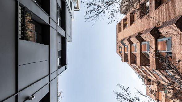 Una fachada metálica respetando la estructura original para las oficinas de Larrañaga 92 19
