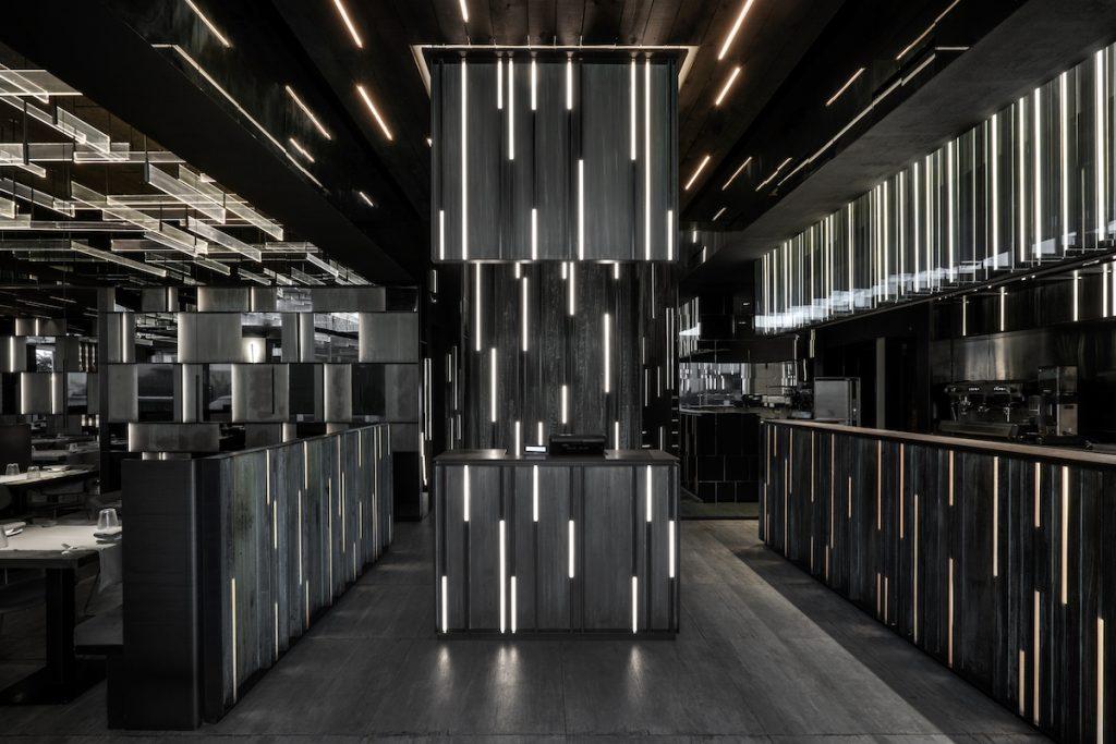 La forma de la luz: una nueva idea de espacio define la experiencia gastronómica de un restaurante asiático en Milán 1
