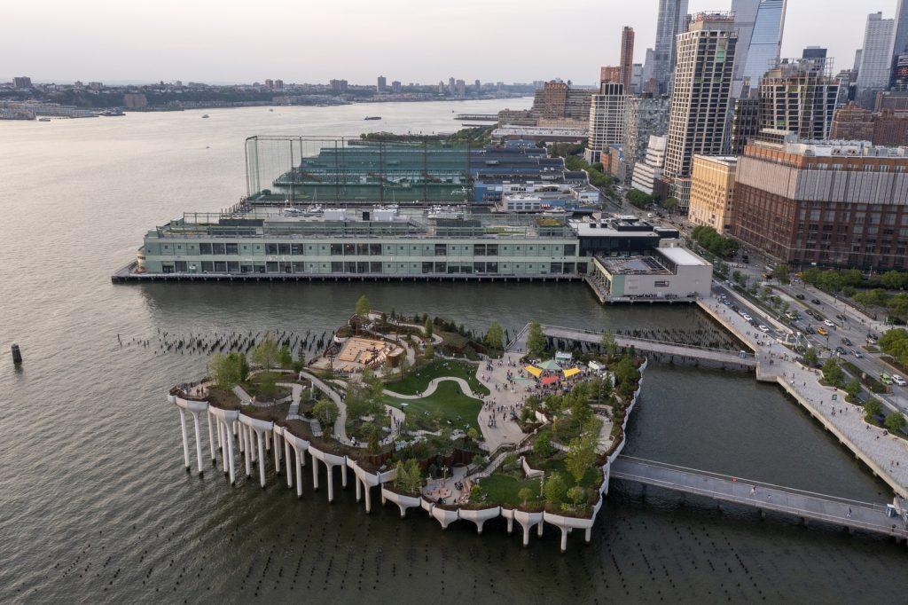 Thomas Heatherwick completó el parque y el teatro de Little Island en la ciudad de Nueva York 14
