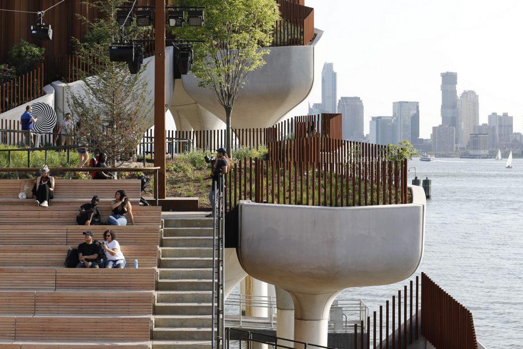 Thomas Heatherwick completó el parque y el teatro de Little Island en la ciudad de Nueva York 16