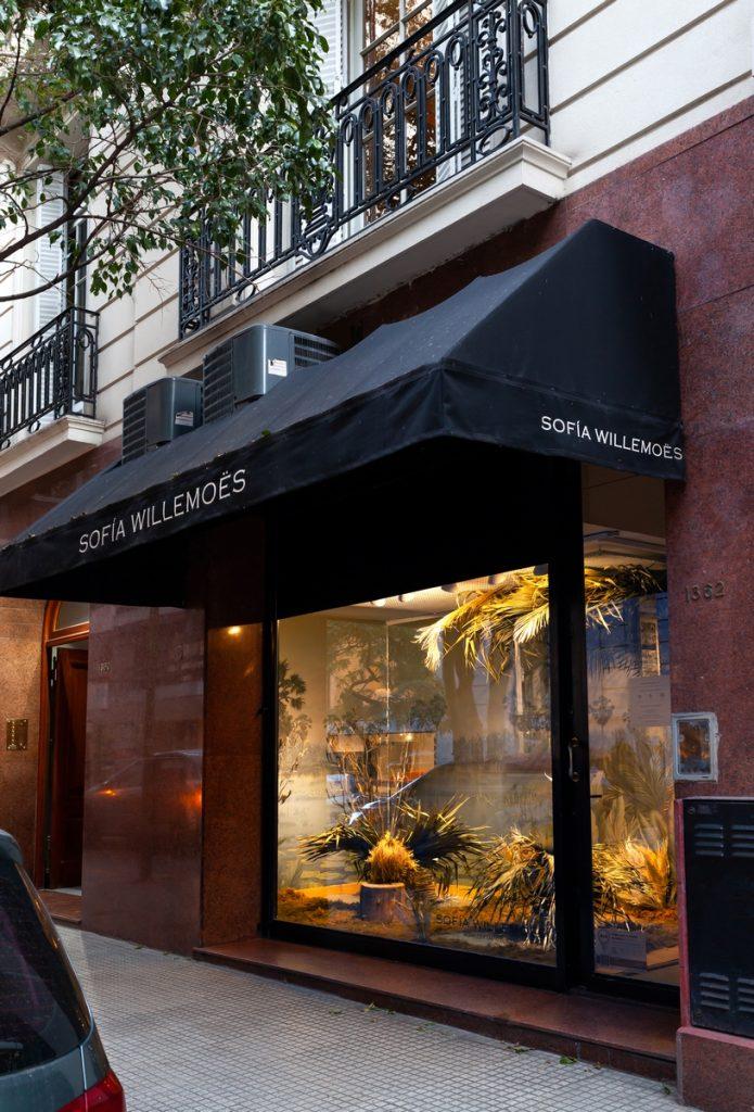 Sofia Willemoës presenta nuevo website y vidriera con empapelados metalizados 10